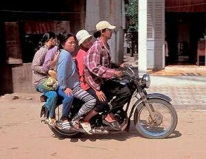seul au Vietnam avec un guide à scooter